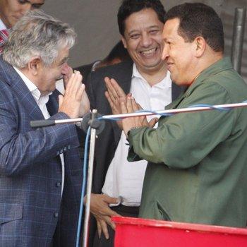 José Mujica y  el expresidente venezolano Hugo Chávez en la inauguración de Envidrio en diciembre de 2009