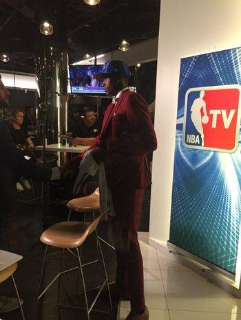 Frank Likina, el francés que desde ayer es un nuevo knick, preparándose para su entrevista con la televisión oficial de la liga.