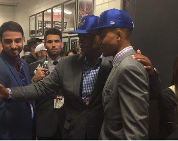 El drafteado número 1, Markelle Fultz de Philadelphia 76ers, con el primer fan que lo interceptó en los camerinos, minutos después de haber sido elegido.