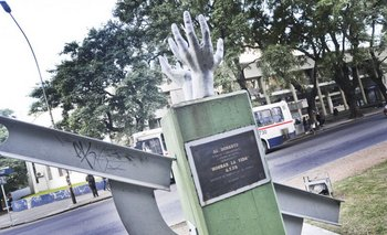 El monumento en agradecimiento a los donantes fue inaugurado en 2002 frente al Obelisco