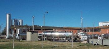 Larga fila de camiones cisterna esperaba al mediodía de este domingo en planta de Conaprole