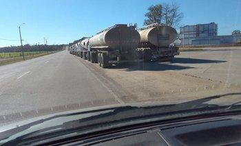 Larga fila de camiones esperan para descargar leche en planta de Conaprole en Rodríguez