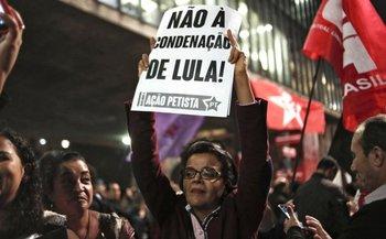 Una mujer sostiene un cartel en apoyo a Lula da Silva condenado por corrupción