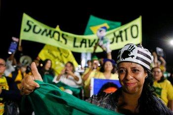 Una mujer celebra la condena de Lula