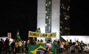 """Un cartel que dice """"Somos Lava Jato"""" aparece entre los manifestantes que celebran la condena de Lula"""