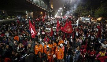 Vestidos de rojo, miles se reunieron para apoyar al expresidente Lula da Silva