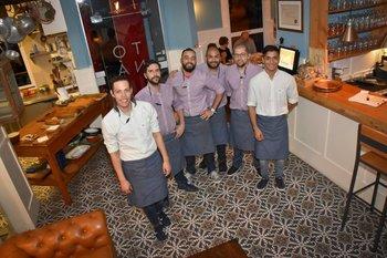 <b>El equipo de mozos y ayudantes del restaurante Tona</b>