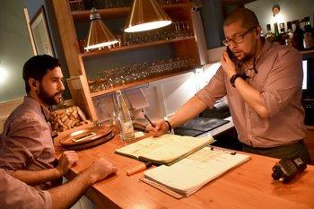 <b>Nueve venezolanos tiene Tona, tres en cocina y seis atendiendo a público</b>