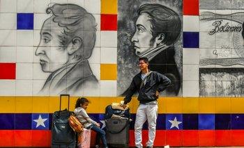 Ciudadanos venezolanos esperan cruzar el puente internacional Simón Bolívar hacia Colombia
