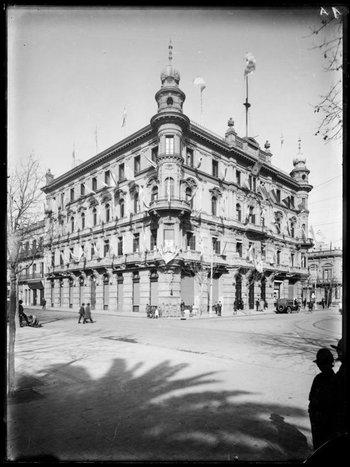 Palacio Jackson. Antigua sede de la Intendencia Municipal de Montevideo. Vista desde la Plaza Cagancha. A la derecha, la avenida 18 de Julio hacia el este. Año 1919. (Autor: s.d./IMO).