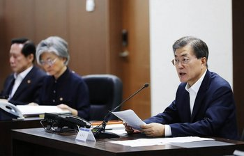 El presidente surcoreano Moon JAe-In asiste a un informe del comité de emergencia en Seúl