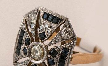 Un anillo de oro de 18 quilates y platino con brillantes y zafiros
