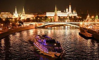 <div>Un barco turístico flota en el río Moskva en frente del Kremlin en el centro de Moscú, Rusia <div><br></div></div>