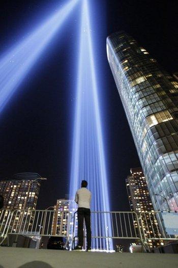 El tributo de luces a las torres gemelas se inauguró la noche anterior