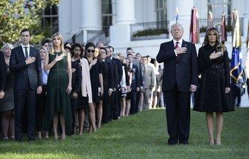 Trump, Melania Trump y su familia observaron un minuto de silencio en la Casa Blanca