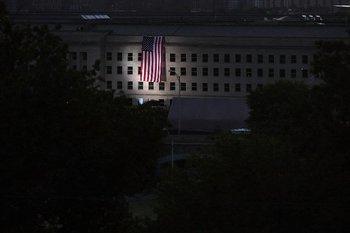 En el Pentágono se puso una bandera estadounidense sobre la zona de impacto durante el 11/9