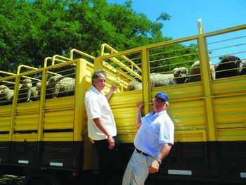 Edward Avalos, subsecretario de Agricultura de EEUU en noviembre de 2013, y Aguerre en Salto<br>