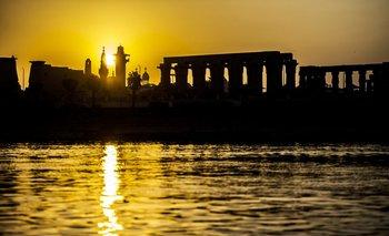 Así se ve la silueta del horizonte de la ciudad egipcia meridional de Luxor al amanecer<div></div>