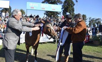 Zerbino y Parietti en la premiación del mejor de la raza, la Gran Campeona.<br>