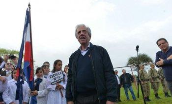 Vázquez junto a escolares durante un Consejo de Ministros en Rocha