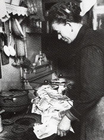 Alemania, 1923: un ama de casa cocina con billetes de marcos, más baratos que el carbón tras una inflación de 56.000.000.000% en cuatro meses
