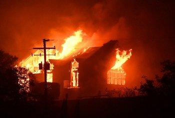 El incendio destruye una casa por su paso por el norte de San Francisco