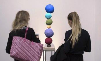 <i>Stack 7, Ultramarine Blue</i>, de la artista Annie Morris, en la presentación de la subasta
