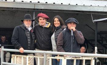 César Musselli y familia con el rematador Mauricio Cabrera<br>