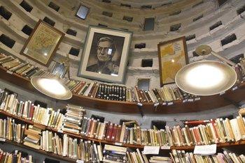 La biblioteca del Palomar de Cavia es pequeña pero pintoresca