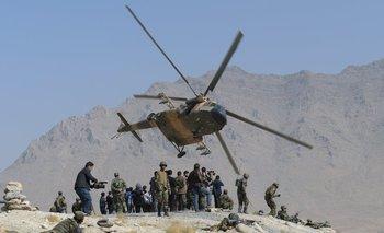Foto de archivo. Un helicóptero Mi-17 de la Fuerza Aérea afgana vuela a los comandos durante un ejercicio militar, en Afganistan