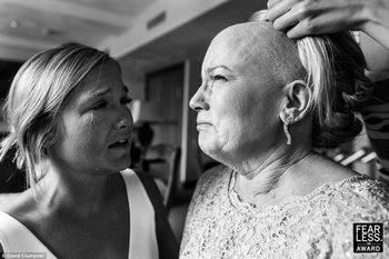El estadounidense David Clumpner retrató el momento en el que a la madre de la novia - que padece cáncer de mama - le colocan una peluca para la ceremonia