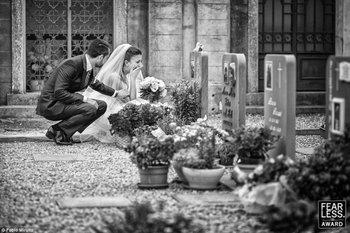 El fotógrafo italiano Fabio Mirulla capturó a una novia llorando ante una tumba, consolada por su esposo