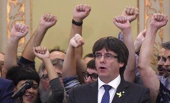 """<div>El presidente catalán Carles Puigdemont canta el himno """"Els Segadors"""" en el Parlamento en Barcelona<div><br></div></div>"""