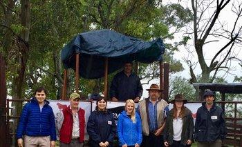 Javier Fillat y sus hijas con el equipo que trabajó para vender la torada