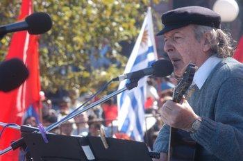 Cantando en un acto del Día de los Trabajadores, en 2005