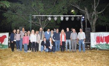 La familia Fillat Quagliotti con el equipo de consignatarios que colaboró en la venta de los Angus