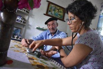 La médica Marcela Cuadrado le toma la presión a Luis, un paciente del centro de San Bautista