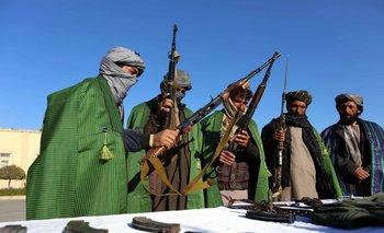 Extalibanes entregan sus armas durante una ceremonia de reconciliación en el marco del proceso de paz, Afgansitan