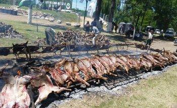 Decenas de corderos son asados en el Parque Elías Regules, en Sarandí del Yi.<br>