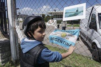 Un niño en la base naval de Mar de Plata, adonde debía arribar el submarino que ahora se busca <br>