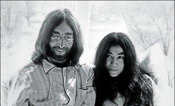 Lennon junto Yoko Ono en el Hotel Hilton de Ámsterdam en 1969 <br>