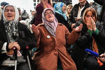 Un grupo ve la transmisión en vivo del Tribunal Penal Internacional para la ex Yugoslavia (TPIY) en Bosnia