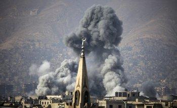<div>El humo se eleva después de un ataque aéreo en la ciudad sitiada por los rebeldes de Arbin, en Siria</div>