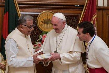 Francisco, con el presidente de Bangladés, Abdul Hamid