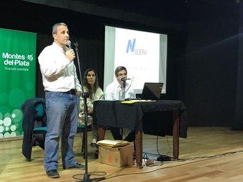 Alejandro Evia, de Nidera, junto a Mariana Flores y Martín Rodríguez, de Montes del Plata.