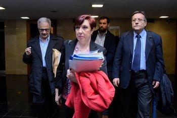 La presidenta de ASSE, Susana Muñiz, y el vicepresidente del organismo, Mauricio Ardus, entran junto a sus asesores al Parlamento