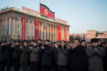 Norcoreanos asisten a un evento masivo en la plaza Kim il-Sung para conmemorar la declaración de que el estado ha alcanzado poder nuclear total, tras la última prueba de un misil balístico.