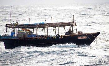 Foto del 30 de noviembre con un barco norcoreano acercado hacia el puerto de Hokkaido, Japón.