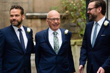 El heredero de Fox Rupert Murdoch con sus hijos Lachlan y James
