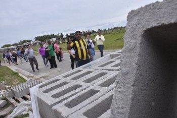 Vecinos de Isla de Gaspar recorren las obras en Cochabamba, donde serán realojados.<br>